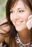 Kvinna med den vita telefonen Royaltyfria Bilder