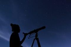 Kvinna med det astronomiska teleskopet Konstellationer för stjärnklar natt, Ursa Major, Ursa Minor, stjärnklar natt för Draco, mö Arkivfoton