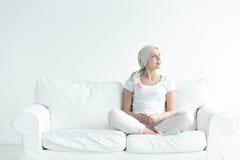 Kvinna med det bärande bandet för cancer Arkivfoto