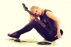 Kvinna med det elektriska gitarr- och vinylrekordet Fotografering för Bildbyråer