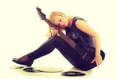 Kvinna med det elektriska gitarr- och vinylrekordet Royaltyfri Fotografi