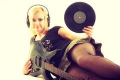 Kvinna med det elektriska gitarr- och vinylrekordet Royaltyfri Foto