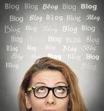 Kvinna med det fundersamma uttryckt, bloggord ovanför huvudet arkivbild