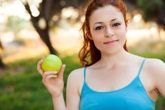 Kvinna med det gröna äpplet Arkivfoto