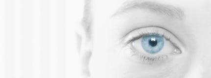 Kvinna med det härliga blåa ögat royaltyfri fotografi