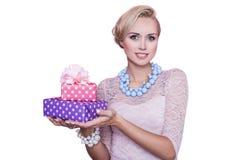 Kvinna med det härliga leendet som rymmer färgrika gåvaaskar Jul ferie arkivfoto