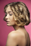 Kvinna med det lockiga stilfulla hår-snittet Arkivbild