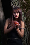Kvinna med det röda äpplet Royaltyfria Bilder