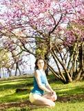 Kvinna med det rosa trädet Royaltyfri Fotografi