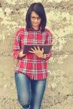Kvinna med digital minnestavlaPC royaltyfri fotografi