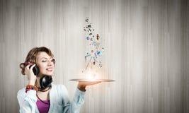 Kvinna med diskoplattan Arkivbild