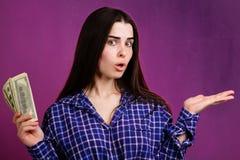 Kvinna med dollarräkningar som pekar på fritt utrymme arkivbilder