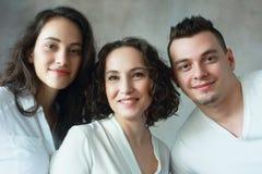 Kvinna med dottern och sonen arkivfoton