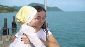 Kvinna med dottern på pir lager videofilmer