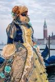 Kvinna med dräkten på den venetian karnevalet 2014, Venedig, Italien Arkivfoto