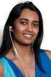 Kvinna med earbuds Fotografering för Bildbyråer