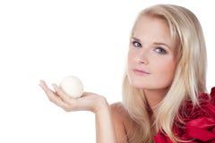 Kvinna med en arombadboll Fotografering för Bildbyråer