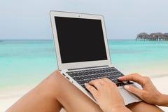 Kvinna med en bärbar dator Arkivfoto