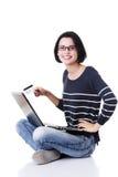 Kvinna med en bärbar dator och en kreditkort arkivfoto