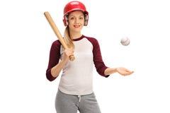 Kvinna med en baseball och ett slagträ Royaltyfri Fotografi