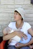 Kvinna med en behandla som ett barn Arkivbilder