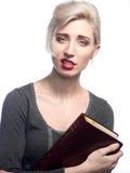 Kvinna med en bibel Royaltyfri Fotografi