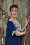 Kvinna med en blåttklänning arkivfoto