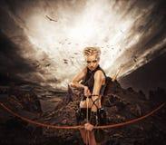 Kvinna med en bow mot den mörka skyen Royaltyfri Bild