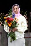 Kvinna med en bukett av blommor royaltyfri bild