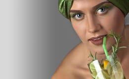 Kvinna med en coctail av citronen och limefrukt med en filial av rosemar arkivbilder