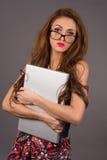 Kvinna med en dator royaltyfri bild