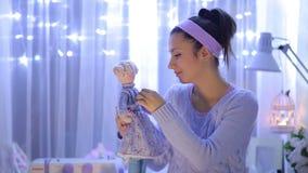 Kvinna med en docka lager videofilmer
