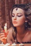 Kvinna med en fan Arkivfoto