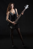 Kvinna med en gitarr på etappen Arkivfoto