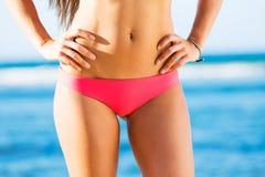 Kvinna med en härlig bikinikropp arkivbilder