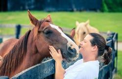 Kvinna med en häst Royaltyfria Bilder