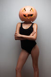 Kvinna med en halloween pumpa Fotografering för Bildbyråer