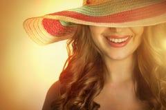 Kvinna med en hatt i den varma sommaren arkivfoto