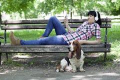 Kvinna med en hund som tycker om den härliga dagen i natur arkivfoto