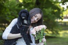 Kvinna med en hund som tycker om den härliga dagen i natur Arkivbilder