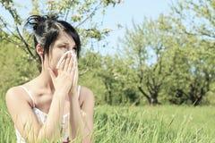 Kvinna med en influensa eller en allergi arkivbilder