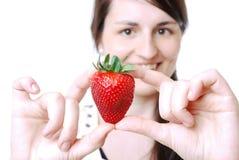 Kvinna med en jordgubbe royaltyfri fotografi