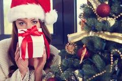 kvinna med en julgåva Arkivbilder