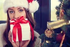 kvinna med en julgåva Arkivfoto