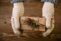 Kvinna med en julgåva i hand Arkivbilder