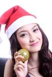Kvinna med en julhatt och en bärande rubber boll Royaltyfri Fotografi