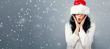Kvinna med en jultomtenhatt som dras över hennes ögon arkivfoton