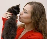 Kvinna med en katt Fotografering för Bildbyråer