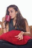 Kvinna med en kopp kaffe royaltyfri bild