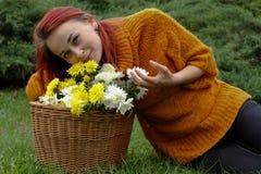 Kvinna med en korg av blommor Fotografering för Bildbyråer